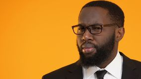 Schwarzer Geschäftsmann, der die Idee lokalisiert auf gelbem Hintergrund, Schablone für Text hat stock footage