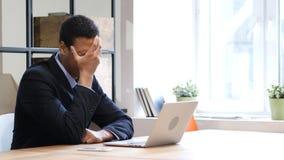 Schwarzer Geschäftsmann Upset durch Verlust beim Arbeiten an Laptop Stockfotos