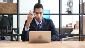 Schwarzer Geschäftsmann Upset durch Verlust beim online arbeiten Lizenzfreies Stockbild