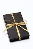 Schwarzer Geschenk-Kasten mit Goldfarbband Lizenzfreies Stockfoto