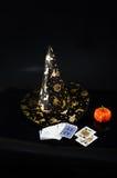 Schwarzer Gewebehexenhut, Kürbis lokalisiert auf schwarzem Hintergrund Lizenzfreies Stockfoto