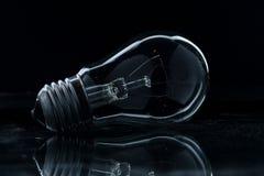 schwarzer Glashintergrund der elektrischen Lampe lizenzfreie stockfotos