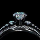 Schwarzer Goldbeschichtungs-Verlobungsring mit Diamantedelstein Stockfotos