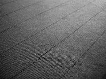 Schwarzer grauer Hintergrund mit Gewebebeschaffenheit und Linie streifen Muster Stockfotografie