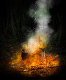 Schwarzer großer Kessel im Feuer Lizenzfreie Stockfotografie