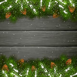 Schwarzer hölzerner Hintergrund mit Weihnachtstanne Baumasten und sno Stockfoto
