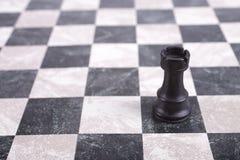 Schwarzer hölzerner Turm auf Schachbrett Lizenzfreie Stockfotos