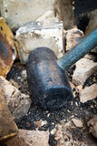 Schwarzer Hammer demolieren Ziegelsteine Lizenzfreie Stockfotografie