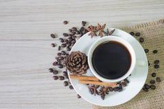 Schwarzer heißer Kaffee und Kaffeebohnen stockbild