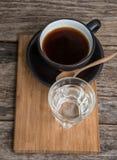 Schwarzer heißer Kaffee und Wasser Stockfotos