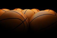 Schwarzer Hintergrund der Basketbälle stockfoto