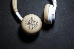 Schwarzer Hintergrund Große Kopfhörer für das Hören von Musik Weiße und beige Farbe haut Moderne Technologien Transportables Gerä stockfoto