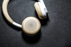 Schwarzer Hintergrund Große Kopfhörer für das Hören von Musik Weiße und beige Farbe haut Moderne Technologien Transportables Gerä lizenzfreies stockbild