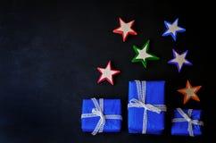 Schwarzer Hintergrund mit hölzernen Spielwaren und Geschenken für Weihnachten Stockfoto