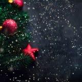 Schwarzer Hintergrund mit Kiefer und Weihnachtsspielwaren Neues Jahr-Karte w Lizenzfreie Stockfotografie