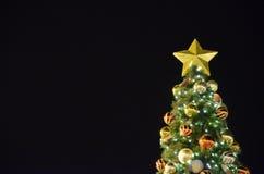 Schwarzer Hintergrund mit Weihnachtsbaum Stockfotografie