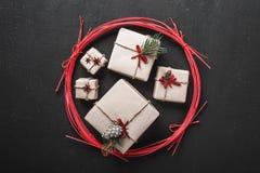 Schwarzer Hintergrund Moderne Art Ursprüngliche Geschenke für Winterurlaube Raum für Parteien für Weihnachten und Neujahrsbotscha Lizenzfreies Stockbild