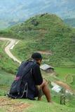 Schwarzer Hmong Stamm-Mann, der auf Berg sitzt Lizenzfreie Stockfotografie