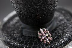 Schwarzer Hut mit rosafarbenem Pin Stockfotos