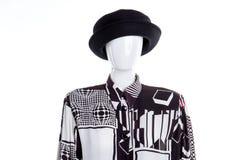 Schwarzer Hut und kopierte Bluse für Frauen lizenzfreie stockfotos