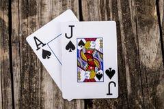 Schwarzer Jack Poker auf Holz stockbild