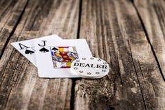 Schwarzer Jack Poker auf Holz stockfotografie