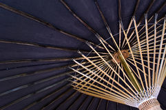 Schwarzer japanischer Regenschirm Stockfotos