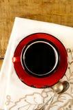 Schwarzer Kaffee, alte silberne Löffel des roten Decklackbechers Stockbilder