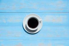 Schwarzer Kaffee auf blauem Holztisch stockfoto