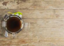 Schwarzer Kaffee auf Holztisch Stockfotografie