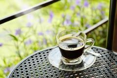 Schwarzer Kaffee auf Terrasse Stockfotografie