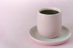 Schwarzer Kaffee in der rosa Schale Lizenzfreie Stockbilder