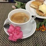 Schwarzer Kaffee in der weißen Schale Stockbild