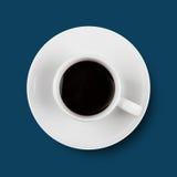Schwarzer Kaffee in der weißen Schale auf Platte blau Stockfotos