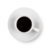 Schwarzer Kaffee in der weißen Schale auf Platte Getrennt Stockfotografie
