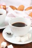 Schwarzer Kaffee in der weißen Schale zum Frühstück Stockfotos