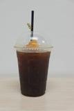 Schwarzer Kaffee des Eises mit Pfirsich Stockfotos