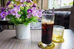 Schwarzer Kaffee des Eises und Teeschale auf dem Tisch stockfotos