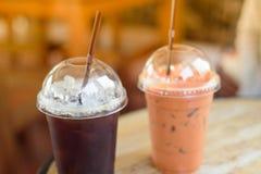 Schwarzer Kaffee des Eises und thailändischer Tee Lizenzfreie Stockbilder