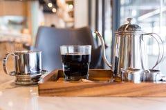 Schwarzer Kaffee des vietnamesischen Tropfenfängers mit Ausrüstungen lizenzfreies stockbild