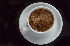 Schwarzer Kaffee in einem weißen Becher Stockfotos