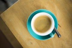 Schwarzer Kaffee in einer blauen Schale in einem Café Stockfoto