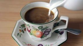 Schwarzer Kaffee in einer Schale stock video