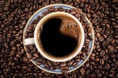 Schwarzer Kaffee in einer Schale von oben Stockfotos