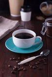 Schwarzer Kaffee in einer weißen Schale Stockfotos