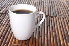 Schwarzer Kaffee in einer weißen Schale Lizenzfreies Stockfoto