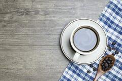 Schwarzer Kaffee intensiv in der Schale und in den hölzernen Löffel-Schaufel-Röstkaffee-Bohnen lizenzfreie stockfotos