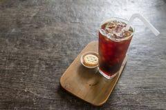 Schwarzer Kaffee mit Eis auf Holztisch Lizenzfreies Stockfoto