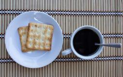 Schwarzer Kaffee mit Keksen Lizenzfreies Stockbild