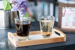Schwarzer Kaffee mit Milch und heißem Tee stockbilder